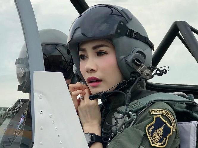 """Phạm tội bất trung với nhà vua và âm mưu tiếm ngôi Hoàng hậu, """"Hoàng quý phi"""" Thái Lan bị phế truất ảnh 2"""