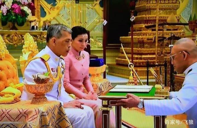 """Phạm tội bất trung với nhà vua và âm mưu tiếm ngôi Hoàng hậu, """"Hoàng quý phi"""" Thái Lan bị phế truất ảnh 7"""