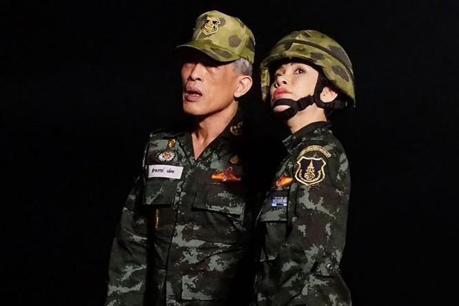 """Phạm tội bất trung với nhà vua và âm mưu tiếm ngôi Hoàng hậu, """"Hoàng quý phi"""" Thái Lan bị phế truất ảnh 3"""