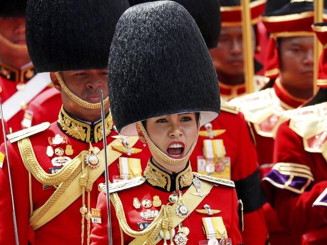 """Phạm tội bất trung với nhà vua và âm mưu tiếm ngôi Hoàng hậu, """"Hoàng quý phi"""" Thái Lan bị phế truất ảnh 5"""