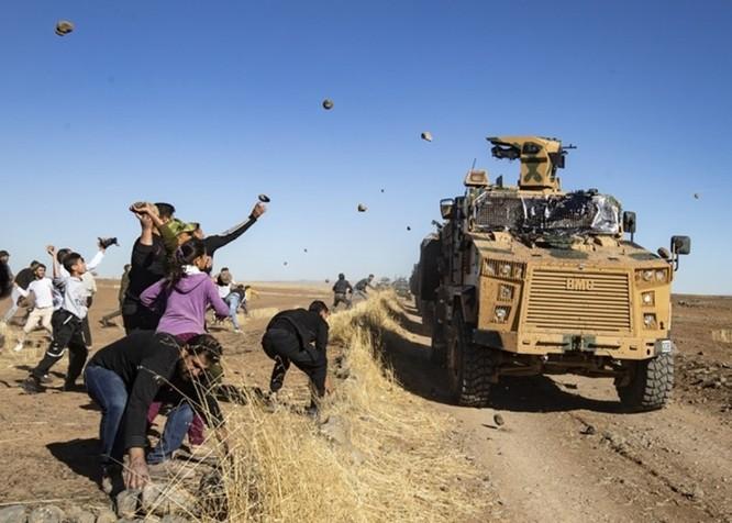 Liên quân Nga – Thổ Nhĩ Kỳ tuần tra chung ở Bắc Syria bị dân chúng người Kurd tấn công bằng gạch đá ảnh 1