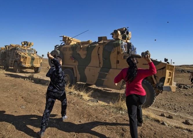Liên quân Nga – Thổ Nhĩ Kỳ tuần tra chung ở Bắc Syria bị dân chúng người Kurd tấn công bằng gạch đá ảnh 2