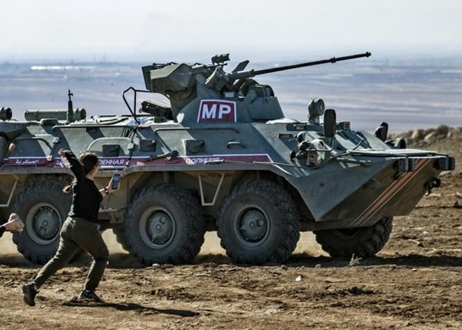 Liên quân Nga – Thổ Nhĩ Kỳ tuần tra chung ở Bắc Syria bị dân chúng người Kurd tấn công bằng gạch đá ảnh 3