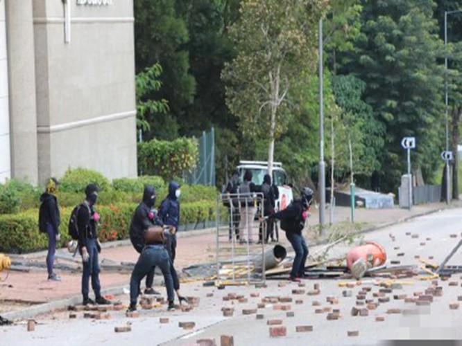 Bạo lực lan vào sân trường, sinh viên Trung Quốc Đại lục lũ lượt rời khỏi Hồng Kông, tới đây tình hình sẽ diễn biến ra sao? ảnh 1