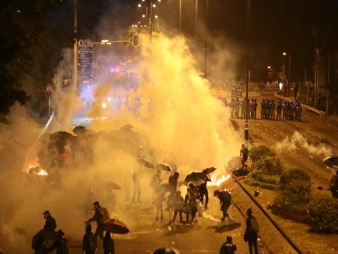 Bạo lực lan vào sân trường, sinh viên Trung Quốc Đại lục lũ lượt rời khỏi Hồng Kông, tới đây tình hình sẽ diễn biến ra sao? ảnh 5