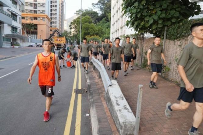 Xôn xao sự kiện binh lính quân đội Trung Quốc đồn trú ở Hồng Kông ra ngoài dọn dẹp chướng ngại vật ảnh 5