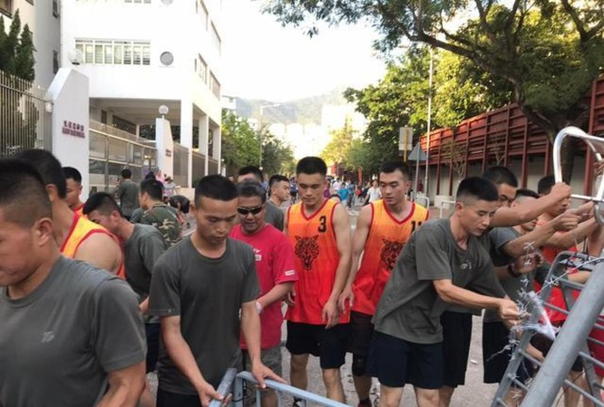 Xôn xao sự kiện binh lính quân đội Trung Quốc đồn trú ở Hồng Kông ra ngoài dọn dẹp chướng ngại vật ảnh 7