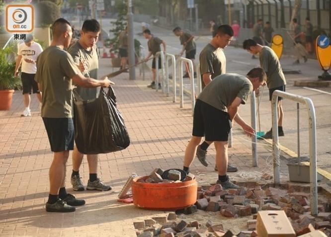 Xôn xao sự kiện binh lính quân đội Trung Quốc đồn trú ở Hồng Kông ra ngoài dọn dẹp chướng ngại vật ảnh 1