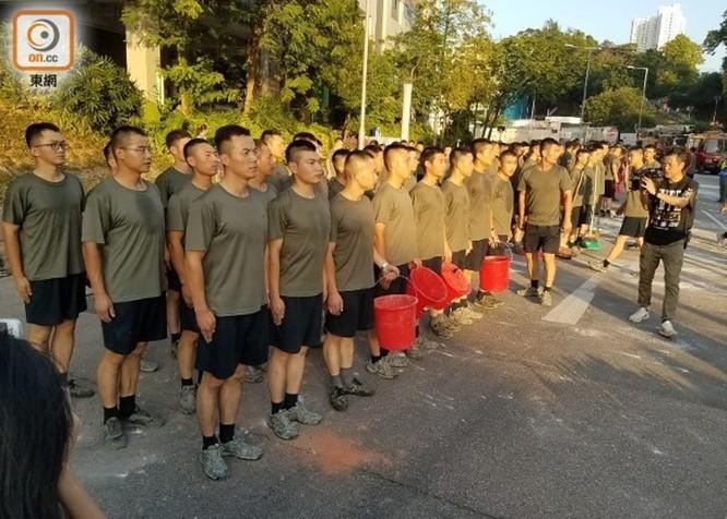 Xôn xao sự kiện binh lính quân đội Trung Quốc đồn trú ở Hồng Kông ra ngoài dọn dẹp chướng ngại vật ảnh 4