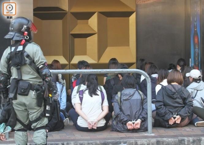 Xung đột xảy ra kịch liệt, hàng trăm người bị bắt, chính quyền Hồng Kông bỏ lệnh cấm che mặt và dừng sử dụng vũ khí âm thanh Sonic Gun ảnh 5