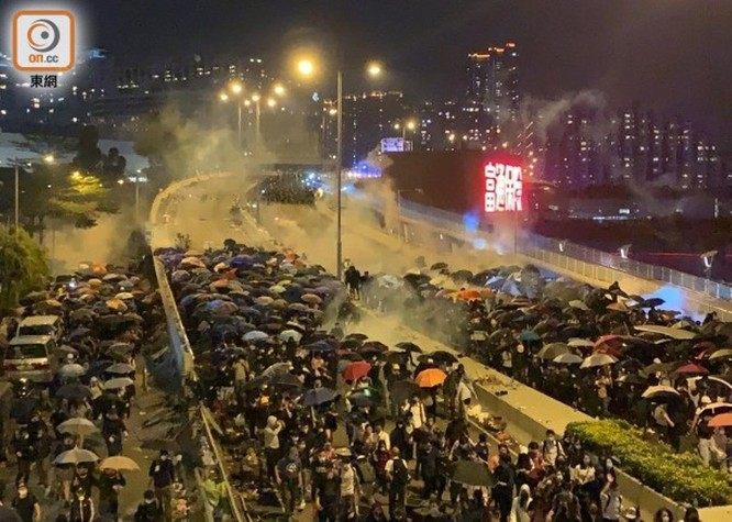 Xung đột xảy ra kịch liệt, hàng trăm người bị bắt, chính quyền Hồng Kông bỏ lệnh cấm che mặt và dừng sử dụng vũ khí âm thanh Sonic Gun ảnh 6