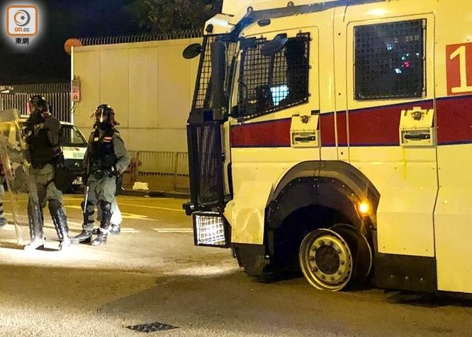 Xung đột xảy ra kịch liệt, hàng trăm người bị bắt, chính quyền Hồng Kông bỏ lệnh cấm che mặt và dừng sử dụng vũ khí âm thanh Sonic Gun ảnh 4