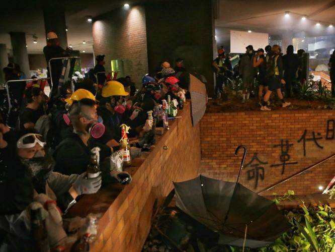 Xung đột xảy ra kịch liệt, hàng trăm người bị bắt, chính quyền Hồng Kông bỏ lệnh cấm che mặt và dừng sử dụng vũ khí âm thanh Sonic Gun ảnh 3