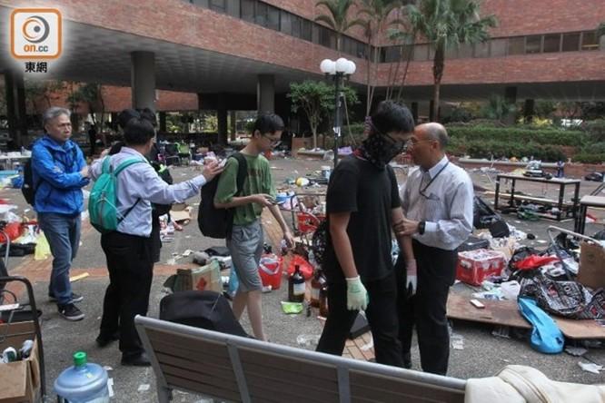 """Sáng nay 400 học sinh và sinh viên cố thủ trong Đại học Bách Khoa Hồng Kông ra đầu hàng cảnh sát, """"nút thắt"""" nơi """"chiến trường chính"""" đang được tháo gỡ? ảnh 4"""