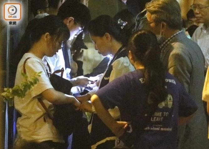 """Sáng nay 400 học sinh và sinh viên cố thủ trong Đại học Bách Khoa Hồng Kông ra đầu hàng cảnh sát, """"nút thắt"""" nơi """"chiến trường chính"""" đang được tháo gỡ? ảnh 2"""