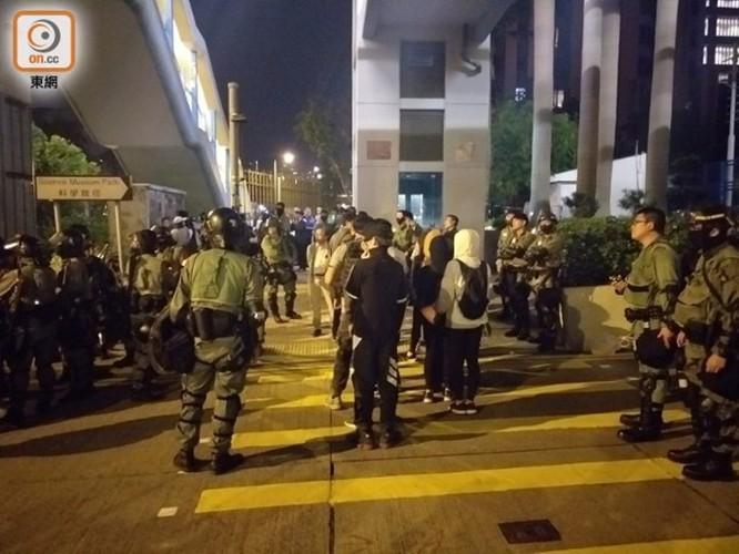 """Sáng nay 400 học sinh và sinh viên cố thủ trong Đại học Bách Khoa Hồng Kông ra đầu hàng cảnh sát, """"nút thắt"""" nơi """"chiến trường chính"""" đang được tháo gỡ? ảnh 6"""