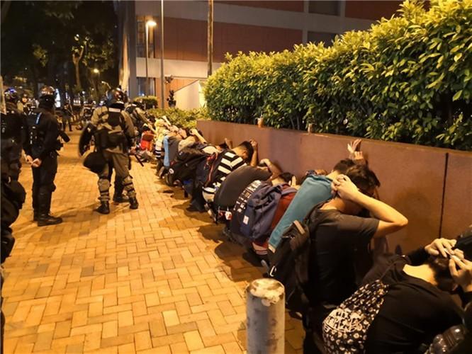 Tình hình Hồng Kông: hàng trăm người biểu tình vẫn cố thủ trong Đại học Bách Khoa; các trường tiểu học và trung học mở cửa trở lại, hoạt động giao thông đã khôi phục nhưng vẫn gặp trở ngại ảnh 10