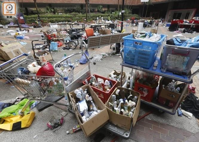 Tình hình Hồng Kông: hàng trăm người biểu tình vẫn cố thủ trong Đại học Bách Khoa; các trường tiểu học và trung học mở cửa trở lại, hoạt động giao thông đã khôi phục nhưng vẫn gặp trở ngại ảnh 7