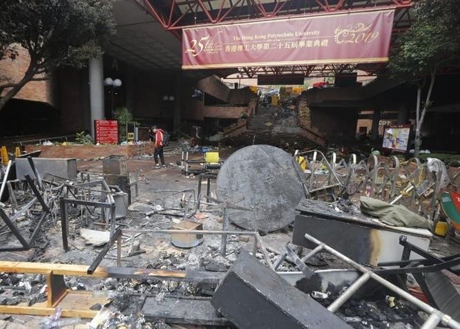 Tình hình Hồng Kông: hàng trăm người biểu tình vẫn cố thủ trong Đại học Bách Khoa; các trường tiểu học và trung học mở cửa trở lại, hoạt động giao thông đã khôi phục nhưng vẫn gặp trở ngại ảnh 6
