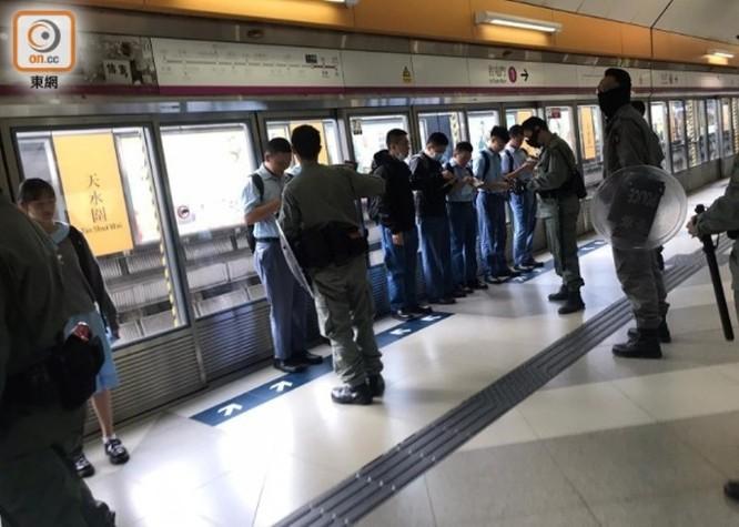 Tình hình Hồng Kông: hàng trăm người biểu tình vẫn cố thủ trong Đại học Bách Khoa; các trường tiểu học và trung học mở cửa trở lại, hoạt động giao thông đã khôi phục nhưng vẫn gặp trở ngại ảnh 2