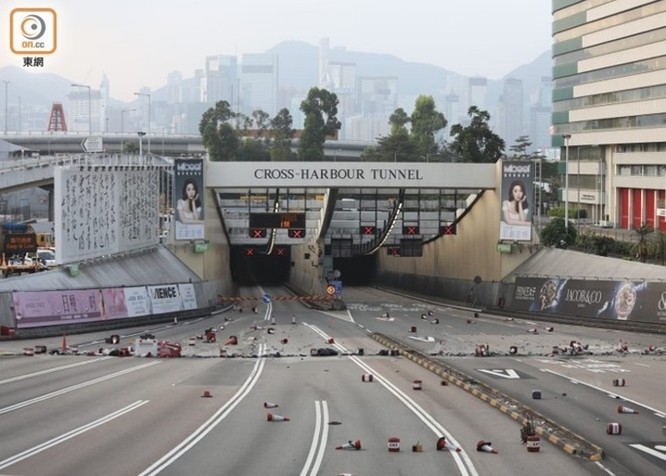 Tình hình Hồng Kông: hàng trăm người biểu tình vẫn cố thủ trong Đại học Bách Khoa; các trường tiểu học và trung học mở cửa trở lại, hoạt động giao thông đã khôi phục nhưng vẫn gặp trở ngại ảnh 3