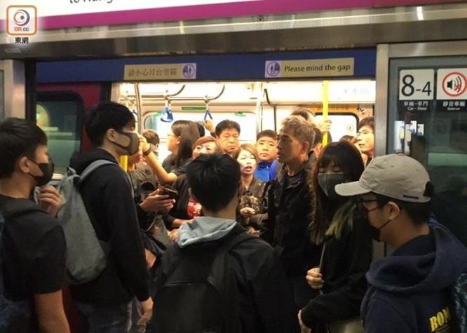 Tình hình Hồng Kông: hàng trăm người biểu tình vẫn cố thủ trong Đại học Bách Khoa; các trường tiểu học và trung học mở cửa trở lại, hoạt động giao thông đã khôi phục nhưng vẫn gặp trở ngại ảnh 1
