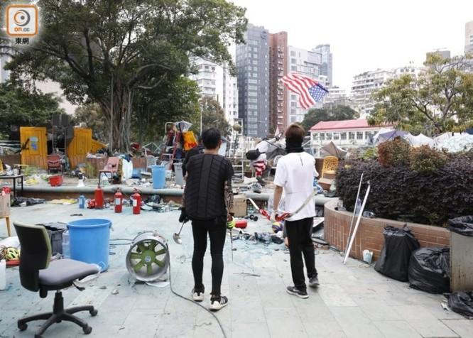 Tình hình Hồng Kông: hàng trăm người biểu tình vẫn cố thủ trong Đại học Bách Khoa; các trường tiểu học và trung học mở cửa trở lại, hoạt động giao thông đã khôi phục nhưng vẫn gặp trở ngại ảnh 13