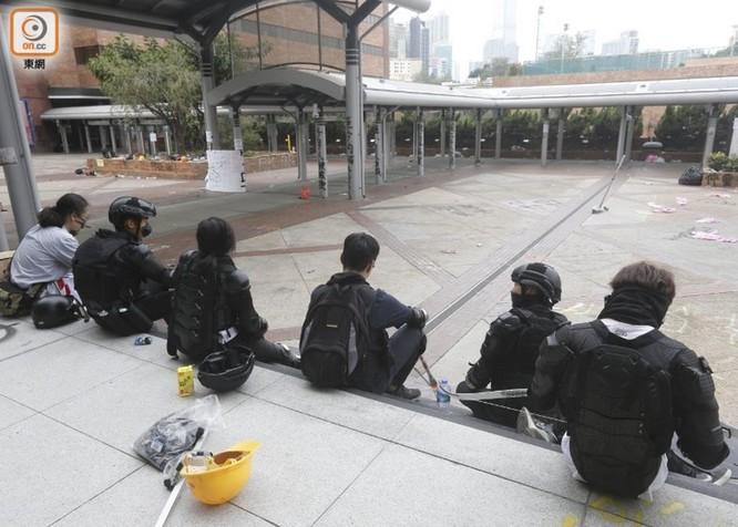 Tình hình Hồng Kông: hàng trăm người biểu tình vẫn cố thủ trong Đại học Bách Khoa; các trường tiểu học và trung học mở cửa trở lại, hoạt động giao thông đã khôi phục nhưng vẫn gặp trở ngại ảnh 5