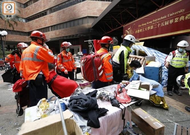 Tình hình Hồng Kông: hàng trăm người biểu tình vẫn cố thủ trong Đại học Bách Khoa; các trường tiểu học và trung học mở cửa trở lại, hoạt động giao thông đã khôi phục nhưng vẫn gặp trở ngại ảnh 9