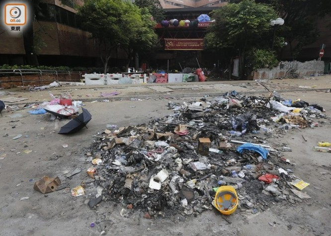 Tình hình Hồng Kông: hàng trăm người biểu tình vẫn cố thủ trong Đại học Bách Khoa; các trường tiểu học và trung học mở cửa trở lại, hoạt động giao thông đã khôi phục nhưng vẫn gặp trở ngại ảnh 12