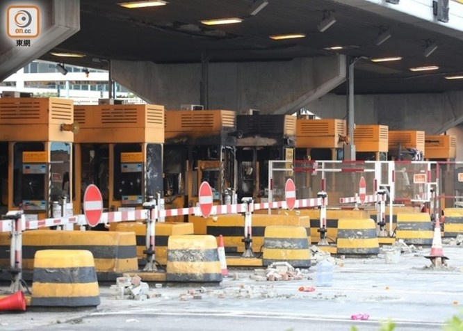 Tình hình Hồng Kông: hàng trăm người biểu tình vẫn cố thủ trong Đại học Bách Khoa; các trường tiểu học và trung học mở cửa trở lại, hoạt động giao thông đã khôi phục nhưng vẫn gặp trở ngại ảnh 4
