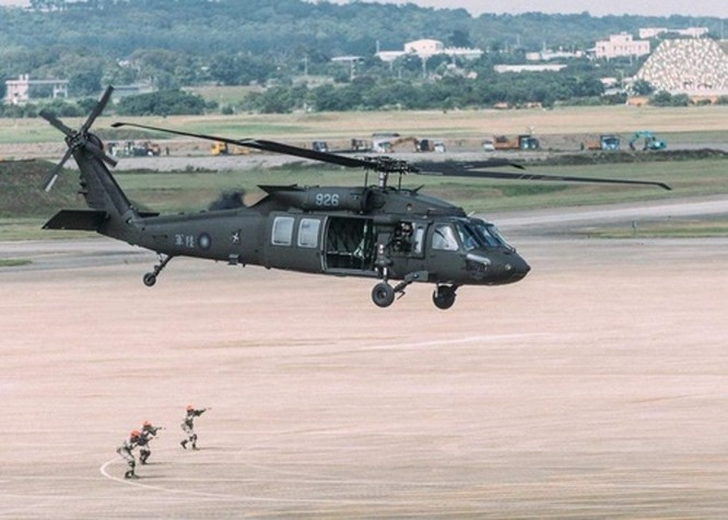 Rơi máy bay trực thăng Black Hawk của quân đội Đài Loan, Thượng tướng Tổng Tham mưu trưởng và 7 sĩ quan tử nạn (VIDEO) ảnh 2