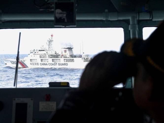 Nóng: Tàu chiến, máy bay Indonesia giám sát và truy đuổi tàu hải cảnh Trung Quốc trên Biển Đông ảnh 1