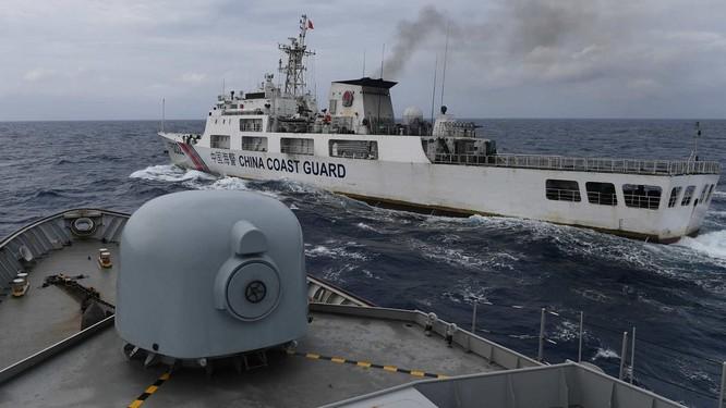 Nóng: Tàu chiến, máy bay Indonesia giám sát và truy đuổi tàu hải cảnh Trung Quốc trên Biển Đông ảnh 2