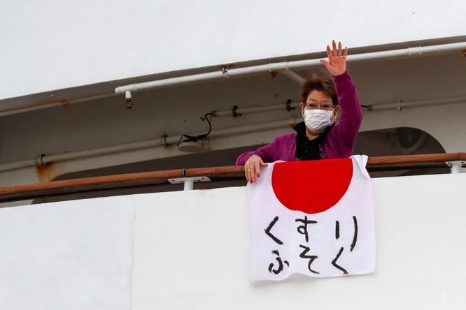 Đã có 61 hành khách mắc bệnh Viêm phổi Vũ Hán, tàu du lịch Diamond Princess trở thành trại cách ly trên biển ảnh 1