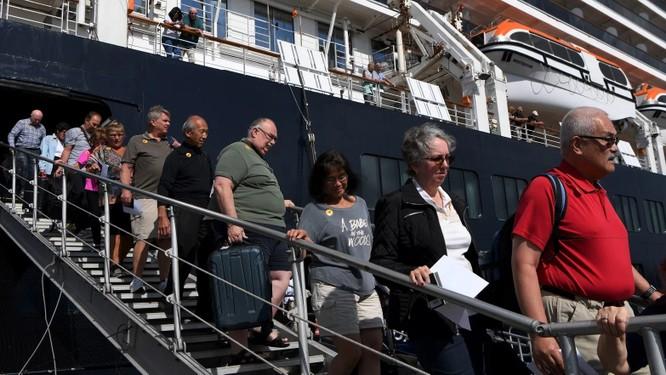 """""""Thả gà rồi đuổi"""" - Hãng tàu Holland America Line truy tìm hành khách đã xuống tàu ở Campuchia khắp toàn cầu ảnh 2"""