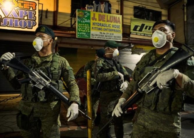 Thủ đô Philippines thực hiện phong tỏa, quân đội trang bị đầy đủ kéo vào thực hiện giới nghiêm ảnh 1