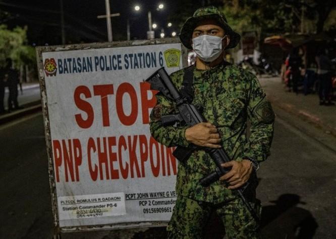 Thủ đô Philippines thực hiện phong tỏa, quân đội trang bị đầy đủ kéo vào thực hiện giới nghiêm ảnh 4