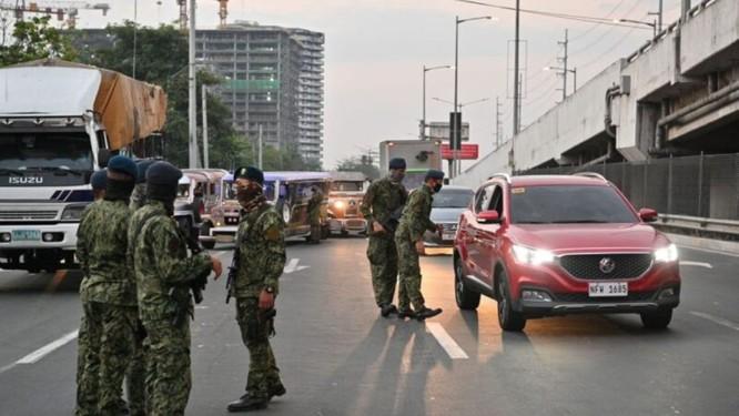 Thủ đô Philippines thực hiện phong tỏa, quân đội trang bị đầy đủ kéo vào thực hiện giới nghiêm ảnh 2