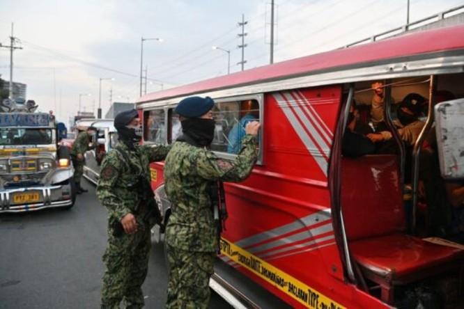 Thủ đô Philippines thực hiện phong tỏa, quân đội trang bị đầy đủ kéo vào thực hiện giới nghiêm ảnh 3