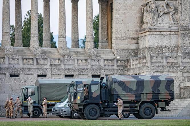 Thảm cảnh COVID-19 ở Italy: người chết quá nhiều, quân đội phải dùng xe tải chở đi nơi khác hỏa thiêu ảnh 10