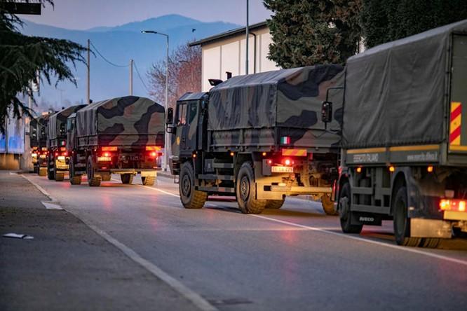 Thảm cảnh COVID-19 ở Italy: người chết quá nhiều, quân đội phải dùng xe tải chở đi nơi khác hỏa thiêu ảnh 11