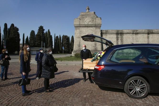 Thảm cảnh COVID-19 ở Italy: người chết quá nhiều, quân đội phải dùng xe tải chở đi nơi khác hỏa thiêu ảnh 7