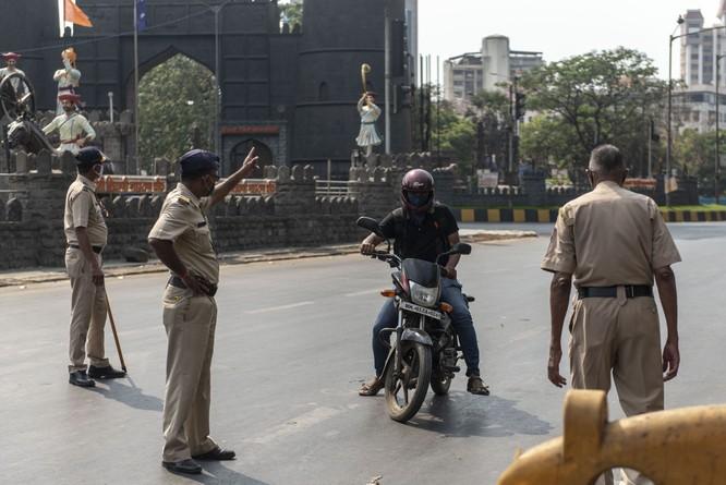 Bi hài cách Ấn Độ trừng phạt công dân vi phạm lệnh phong tỏa ảnh 1