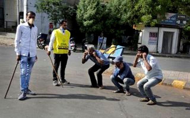 Bi hài cách Ấn Độ trừng phạt công dân vi phạm lệnh phong tỏa ảnh 2