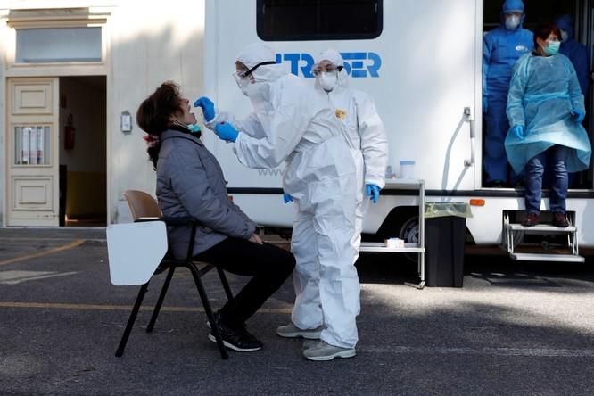 Thiếu hụt nhân viên y tế, Italy sử dụng người máy để chăm sóc bệnh nhân ảnh 1