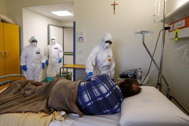 Thiếu hụt nhân viên y tế, Italy sử dụng người máy để chăm sóc bệnh nhân ảnh 3