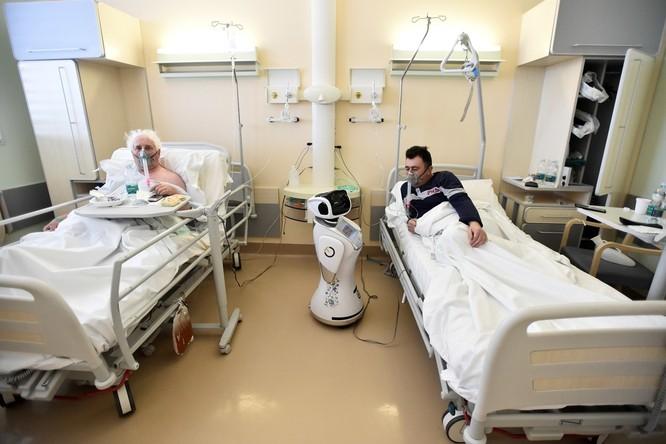 Thiếu hụt nhân viên y tế, Italy sử dụng người máy để chăm sóc bệnh nhân ảnh 4