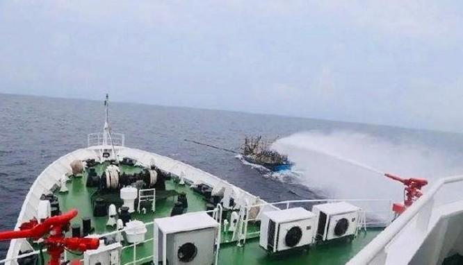 """""""Tàu cá Việt Nam đâm vào mũi tàu Hải cảnh Trung Quốc rồi bị chìm"""" – luận điệu phi lý của người phát ngôn Bộ Ngoại giao Trung Quốc! ảnh 1"""