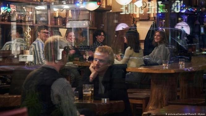 """Chính phủ Thụy Điển xem xét từ bỏ chính sách """"không làm gì để chống dịch"""" ảnh 1"""
